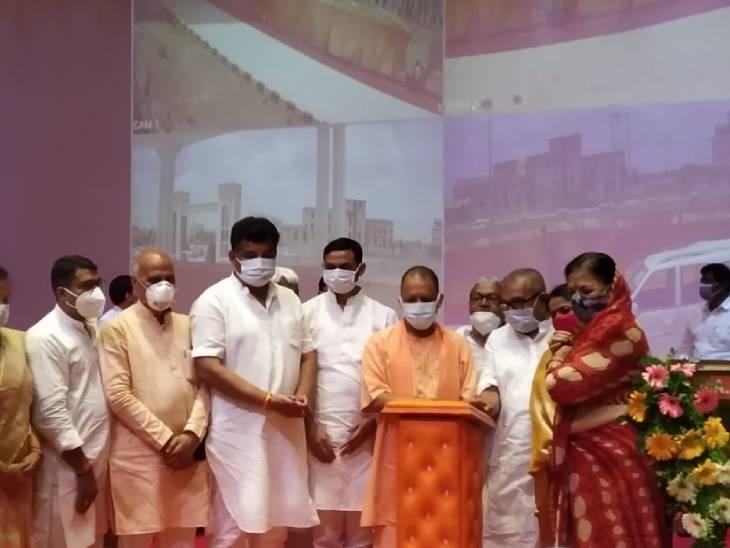 गोरखपुर में परियोजनाओं को लांच करते सीएम योगी।