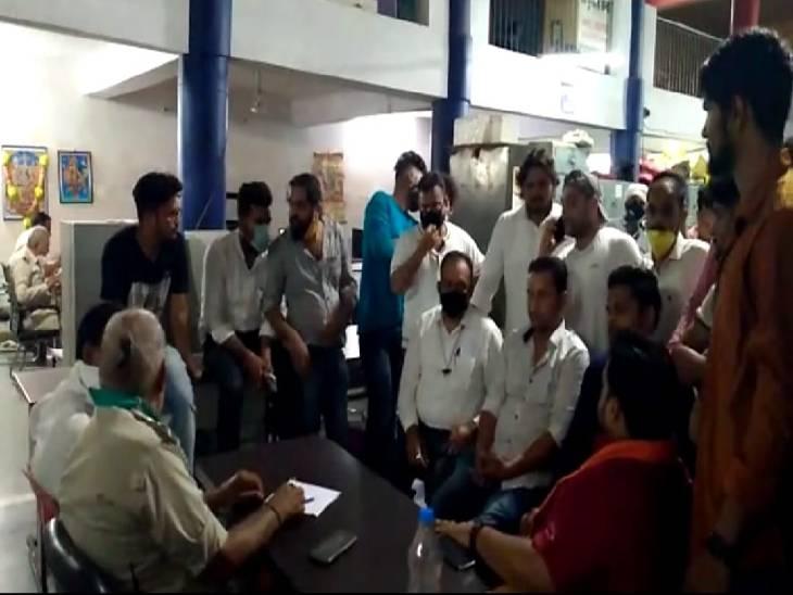 बमबाजी-जबलपुर में अवैध वसूली को लेकर हथियार बंद बदमाशों ने आधे घंटे तक मचाया तांडव, तीन घायल|जबलपुर,Jabalpur - Dainik Bhaskar
