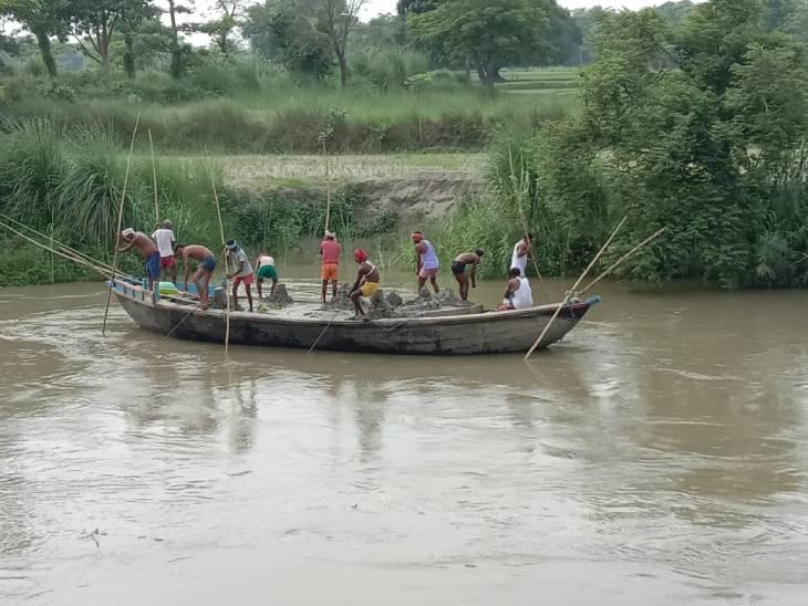 कुशीनगर में छोटी गण्डक नदी से अवैध खनन करवाते है बालू माफिया, प्रशासन नहीं उठाता कोई ठोस कदम। - Dainik Bhaskar