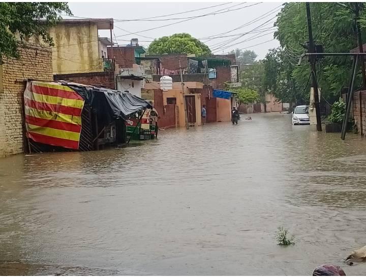 बारिश के बाद सड़क पर भरा पानी।