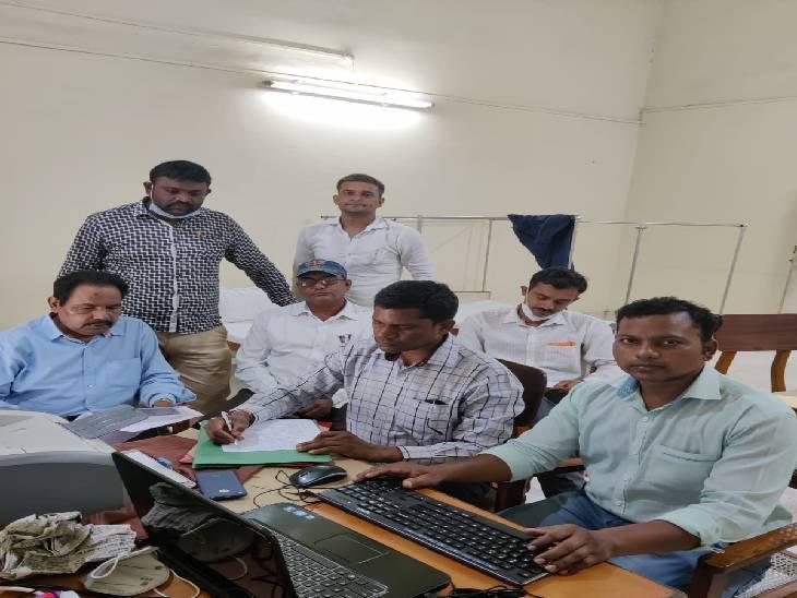 पिता की जमीन बेटे के नाम पर चढ़ाने के एवज में मांगे थे 3500 रुपए, रंगेहाथों टीम ने दबोचा जबलपुर,Jabalpur - Dainik Bhaskar