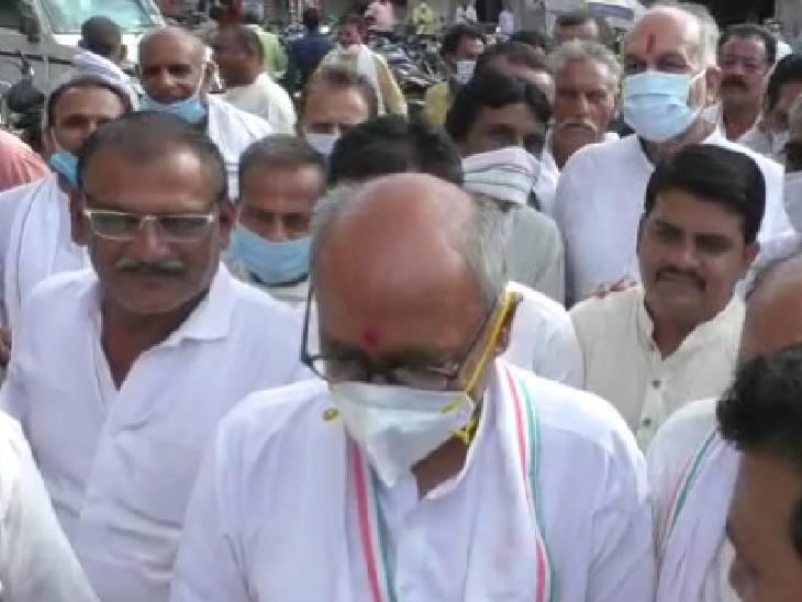 विदिशा में कोरोना से मृत व्यक्तियों को श्रद्धांजलि देने पहुंचे पूर्व सीएम दिग्विजय सिंह। - Dainik Bhaskar