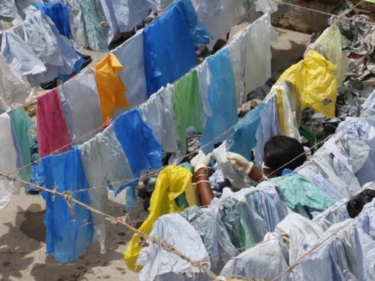 कचरे के ढेर से प्लास्टिक कलेक्ट करने के बाद उसे अच्छी तरह साफ करके धूप में सुखाया जाता है।