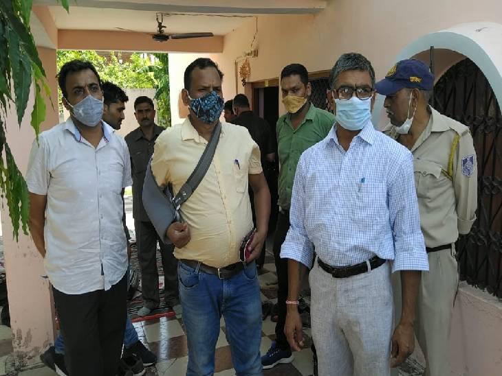कार्रवाई के दौरान मौजूद लोकायुक्त की टीम।