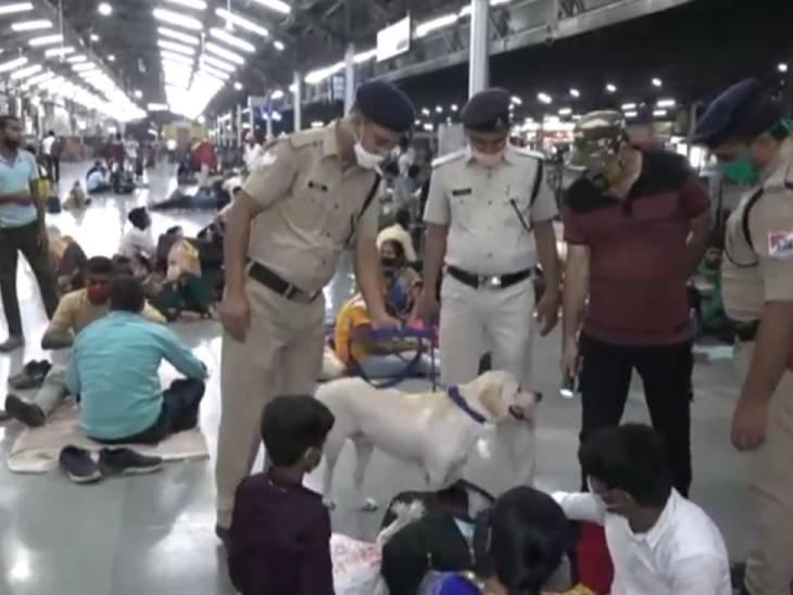 कानपुर रेलवे स्टेशन पर जांच करती पुलिस।