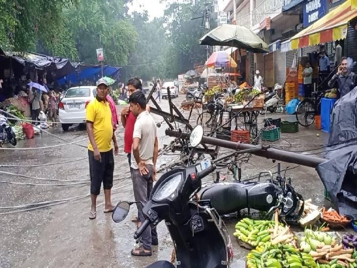 आंधी और बारिश के चलते हाईटेंशन लाइन का पोल गिरा। - Dainik Bhaskar