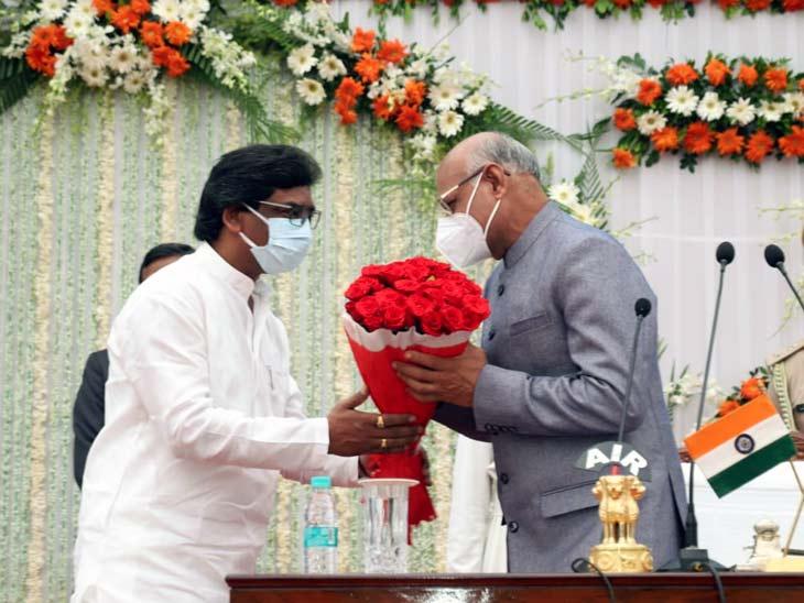 शपथ ग्रहण समारोह में मुख्यमंत्री हेमंत सोरेन समेत कैबिनेट के मंत्री और अधिकारी मौजूद थे। - Dainik Bhaskar