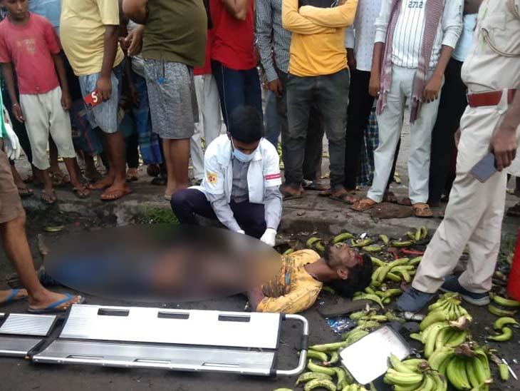 अनियंत्रित बस की टक्कर से टेंपो सड़क पर पलटा, ड्राइवर की मौत; टेंपो से केला उतारने के दौरान हुई घटना|झारखंड,Jharkhand - Dainik Bhaskar