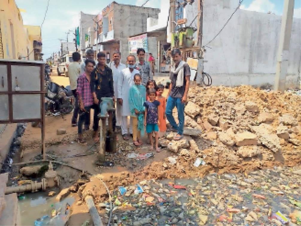 सीवी रमन स्कूल के पास नाले की पुलिया के लिए खुदाई के बाद काम बंद होने का विरोध करते वार्डवासी। - Dainik Bhaskar