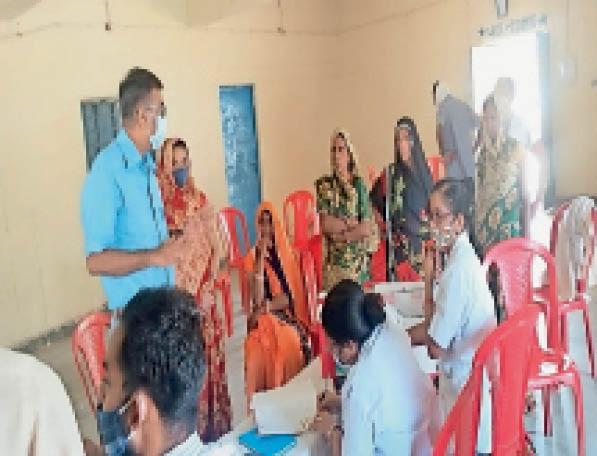 टीकाकरण केंद्र पर वैक्सीन लगवाने के लिए पहुंची महिलाएं। - Dainik Bhaskar