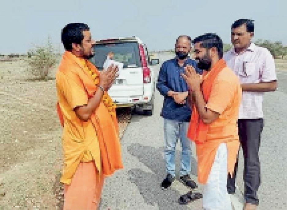 पोकरण. महंत भगवान भारती स्वागत करते भाजपा पार्षद एवं कार्यकर्ता - Dainik Bhaskar