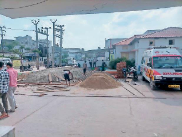 सदर अस्पताल ऑक्सीजन प्लांट के लिए बेस का निर्माण करते मजदूर। - Dainik Bhaskar