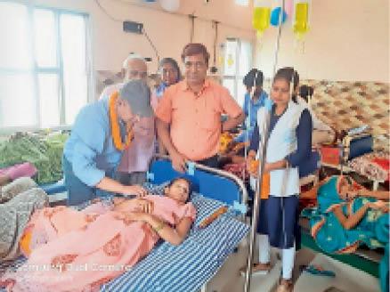 निशुल्क परिवार नियोजन में मौजूद चिकित्सक। - Dainik Bhaskar
