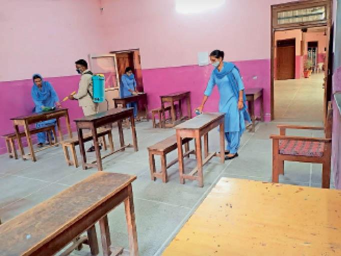 जनसेवा विद्या विहार हाईस्कूल में कक्षा को सैनेटाइज करते कर्मचारी। - Dainik Bhaskar
