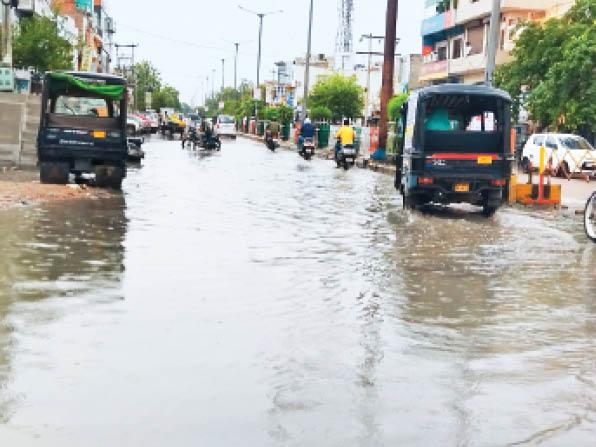 दादरी। बारिश के बाद शहर के रोहतक चौक पर भरा पानी। - Dainik Bhaskar