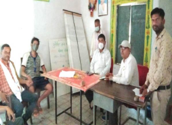 ग्राम पंचायत परतवाड़ा में ग्रामीणों की समस्या सुनते जनपद सीईओ। - Dainik Bhaskar