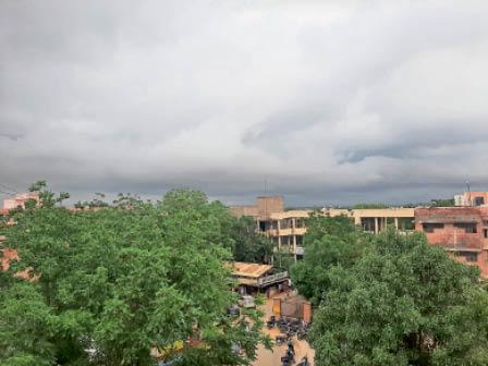 फतेहाबाद। बुधवार को दिन में आसमान में छाए बादल। - Dainik Bhaskar