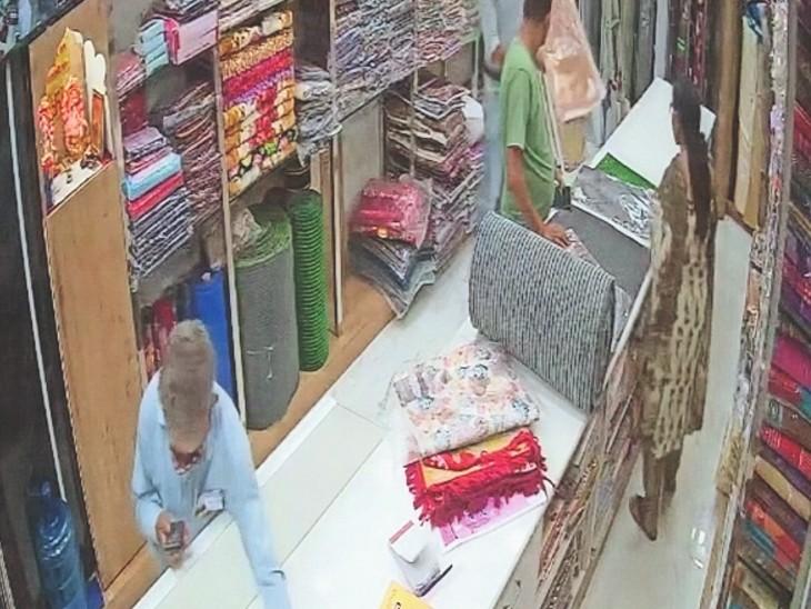 दुकान से मोबाइल चोरी करता वृद्ध। - Dainik Bhaskar