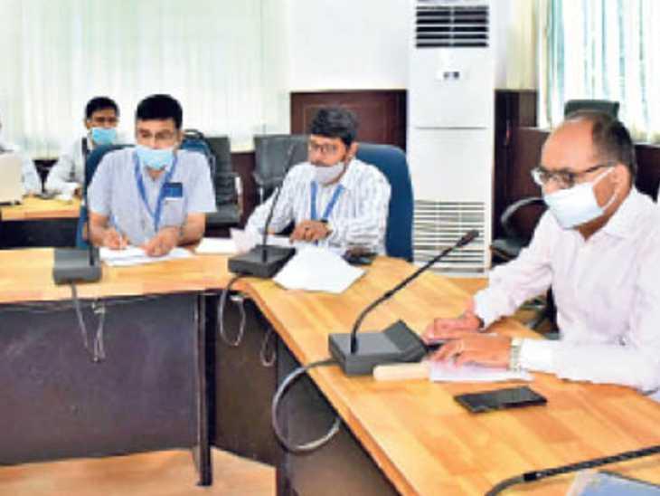 जल जीवन हरियाली अभियान की समीक्षा बैठक करते डीएम डॉ. चंद्रशेखर सिंह - Dainik Bhaskar