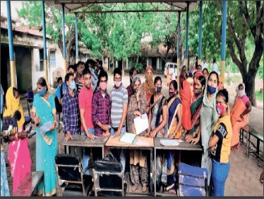 परसतराई गांव में टीके के लिए उमड़े ग्रामीण। - Dainik Bhaskar