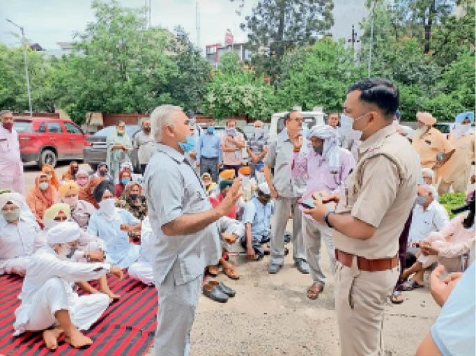 नारायणगढ़ | लघु सचिवालय में धरना देते टीएंडसी सोसाइटी के निवेशक। - Dainik Bhaskar