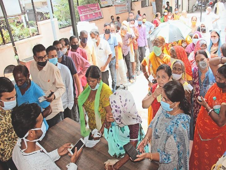 टीका लगवाने उमड़े लोग, घंटों खड़े रहने के बाद भी निराश लौटे, 45 हजार से अधिक लोगों की ड्यू हो चुकी है सेकंड डोज|कोटा,Kota - Dainik Bhaskar