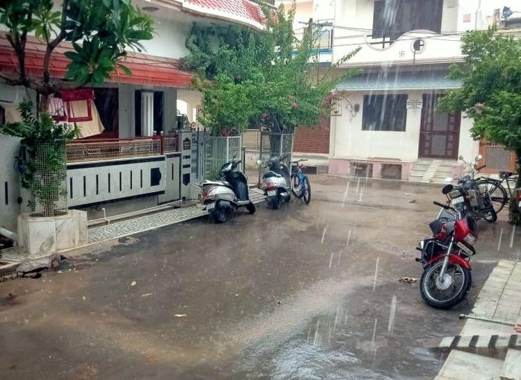 पाली शहर में हो रही बरसात।