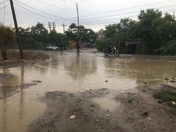 पानीपत में बारिश के बाद सड़के जलमग्न रही। - Dainik Bhaskar