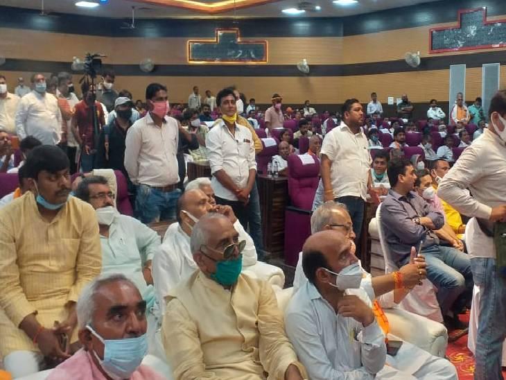 उपमुख्यमंत्री केशव प्रसाद मौर्य की मौजूदगी में भारी भीड़ उमड़ी। न मास्क और न ही सोशल डिस्टेंसिंग दिखी