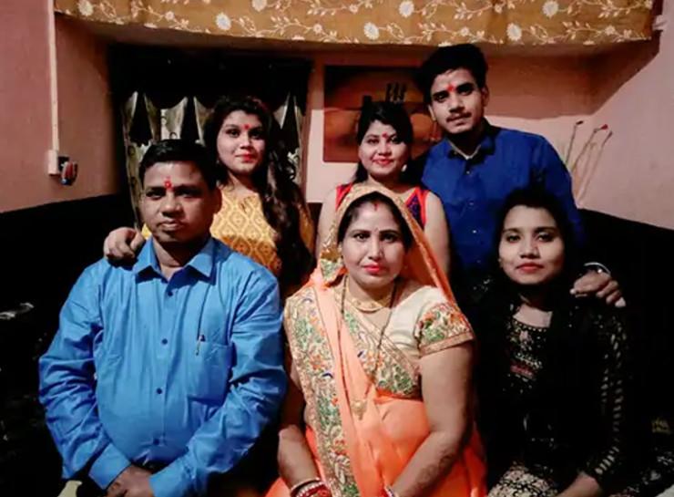 समीक्षा वर्मा (सबसे आगे अपने माता पिता और परिवार के साथ)