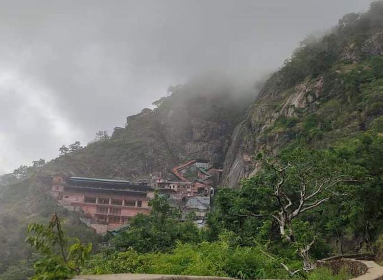 सादड़ी में परशुराम की पहाड़ी में बरसात के दौरान छाए बादल।