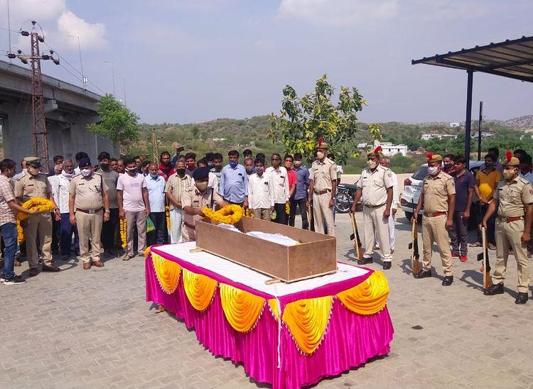 पुलिस महकमे ने नम आंखों से शव किया रवाना, सम्मान में सेंदड़ा का बाजार बंद|राजस्थान,Rajasthan - Dainik Bhaskar