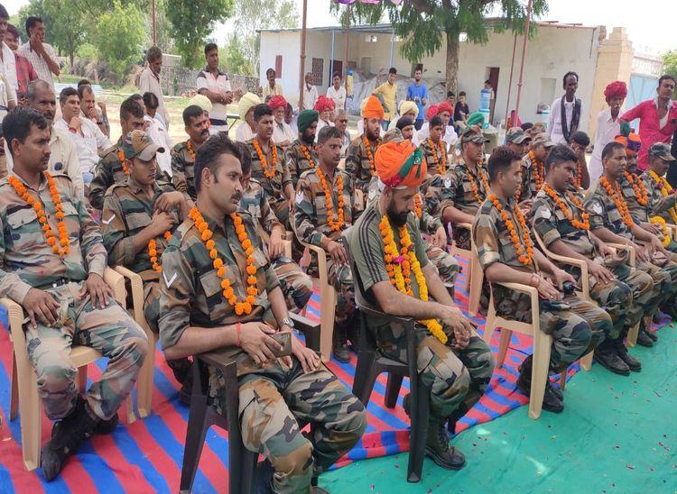 सम्मान समारोह के दौरान मौजूद सेना के जवान व अन्य। - Dainik Bhaskar