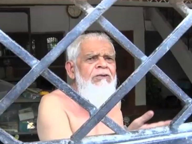मिनहाज के पिता सिराज लोगों के सवाल-जवाब से परेशान हो चुके हैं। अब उन्होंने दरवाजे पर ताला लगा दिया है।