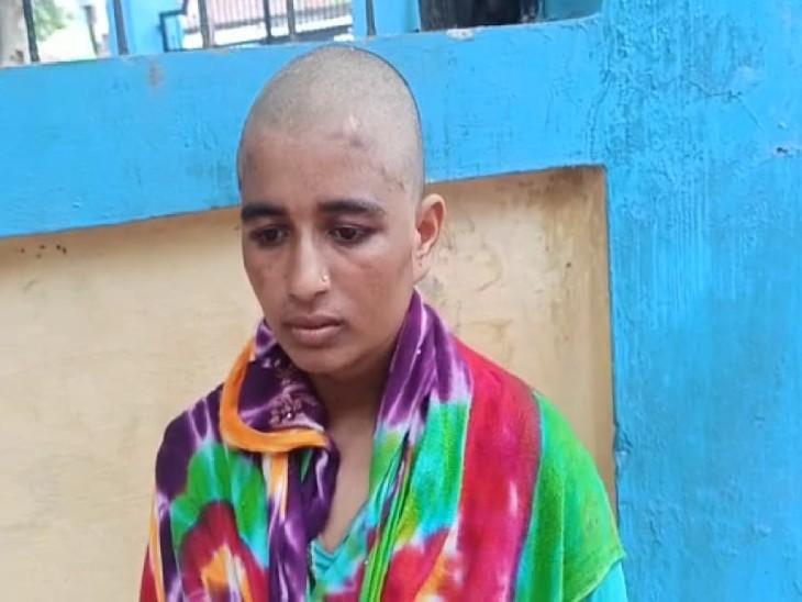 पीटने के बाद पति ने पत्नी का सिर मुंडवाकर घर से निकाला। - Dainik Bhaskar