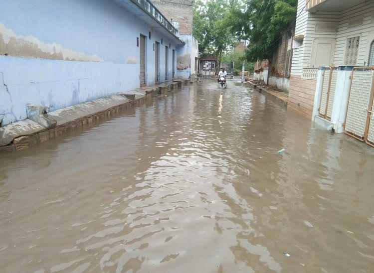 तखतगढ़ में बरसात से एक गली में भरा पानी।