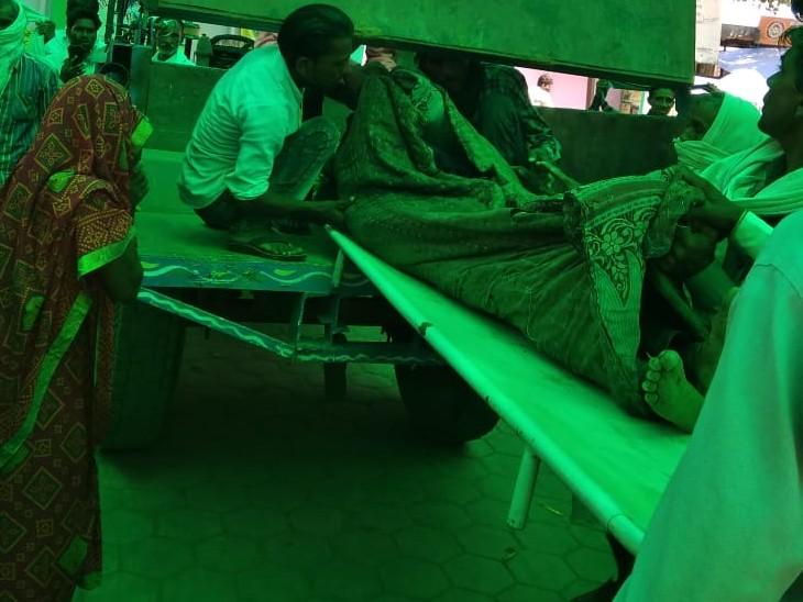 शव को जिला अस्पताल में उतारते परिजन - Dainik Bhaskar