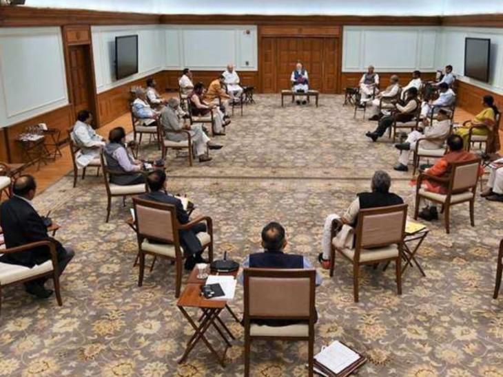 यह तस्वीर मार्च 2020 में हुई केंद्रीय कैबिनेट की बैठक की है। कोरोना काल में हुई बैठक के दौरान सोशल डिस्टेंसिंग का खास ध्यान रखा गया था।