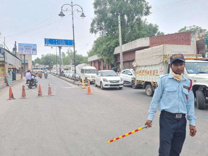 रेवाड़ी शहर में ट्रैफिक व्यवस्था बनाने में जुटा ट्रैफिक पुलिस कर्मी। - Dainik Bhaskar