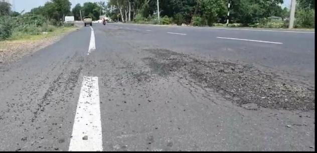 18 महीने भी वाहनों का दबाव नहीं झेल सका हाई-वे, स्वरूपगंज से रतलाम NH 927 (A) के हाल-बेहाल, पैचवर्क कर गिट्टी रोकने की कोशिशें भी हुई नाकाम बांसवाड़ा,Banswara - Dainik Bhaskar