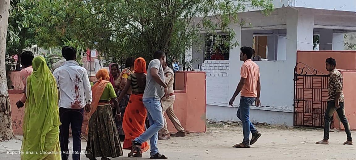 लाठी लेकर युवक के पीछे दौड़ी महिला, जमकर की पिटाई; युवक ने भी फेंके पत्थर, 2 लोग घायल, देखें VIDEO|राजस्थान,Rajasthan - Dainik Bhaskar