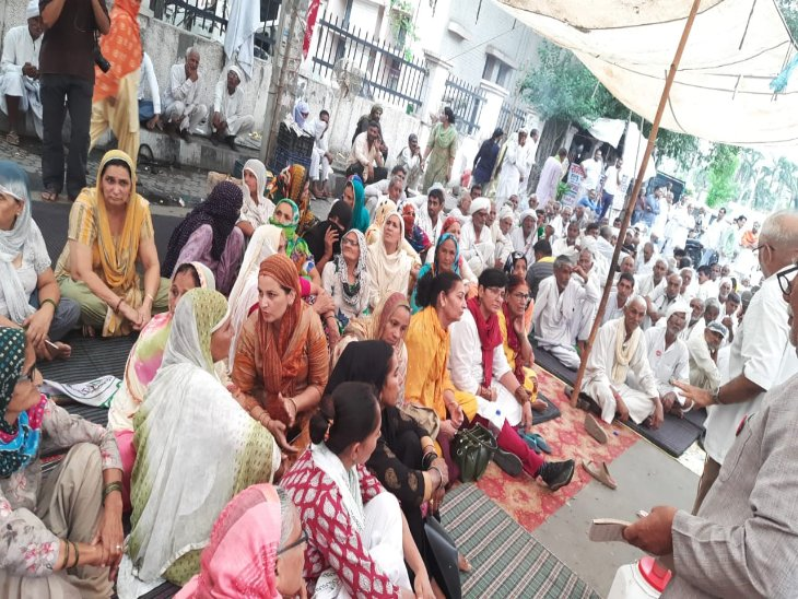 पूर्व मंत्री मनीष ग्रोवर के घर के सामने धरने पर बैठे किसान। - Dainik Bhaskar