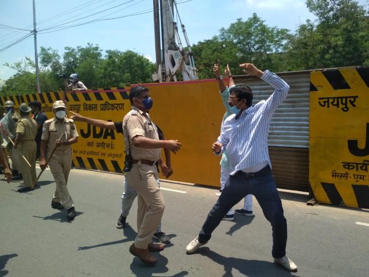 प्रदर्शन के दौरान सिविल लाईन्स फाटक पर जाने से रोकने पर भाजपा कार्यकर्ता और पुलिस के बीच धक्का-मुक्की हुई। - Dainik Bhaskar