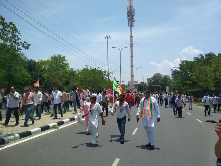 राजमहल चौराहे से सिविल लाईन्स फाटक की ओर बढ़ते कार्यकर्ता।