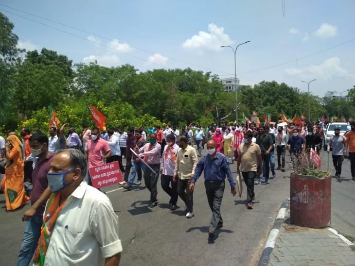 भाजपा मुख्यालय से निकलता पैदल मार्च।
