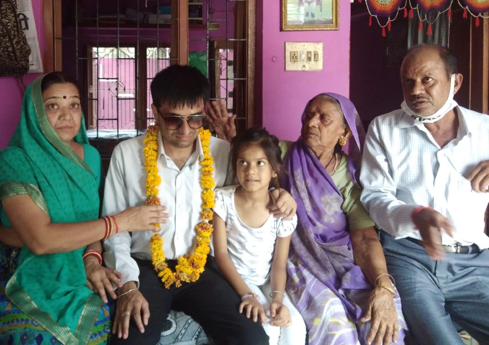 जन्मजात परेशानी के बावजूद बाबू रहे, थर्ड ग्रेड टीचर बने, हिन्दी के वरिष्ठ अध्यापक रहते हुए तय की जिंदगी की मंजिल बांसवाड़ा,Banswara - Dainik Bhaskar