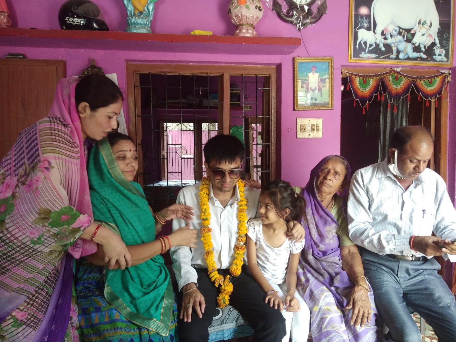 परिवार में मां और दादी का आशीर्वाद लेते जयनीत।