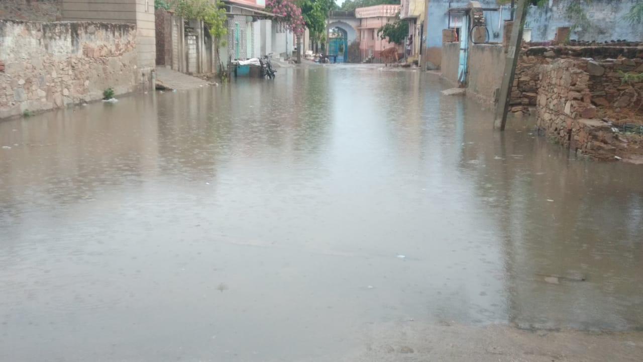 निचले इलाकों में भरा पानी।