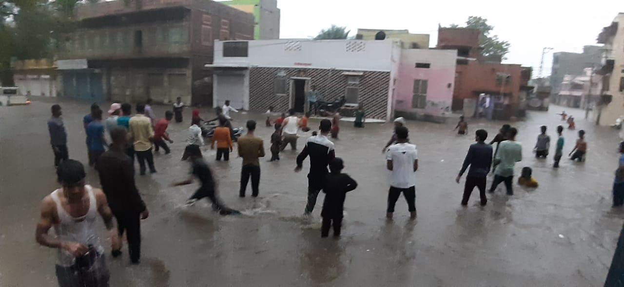 नागौर में शहरवासी बारिश के साथ झूमे।