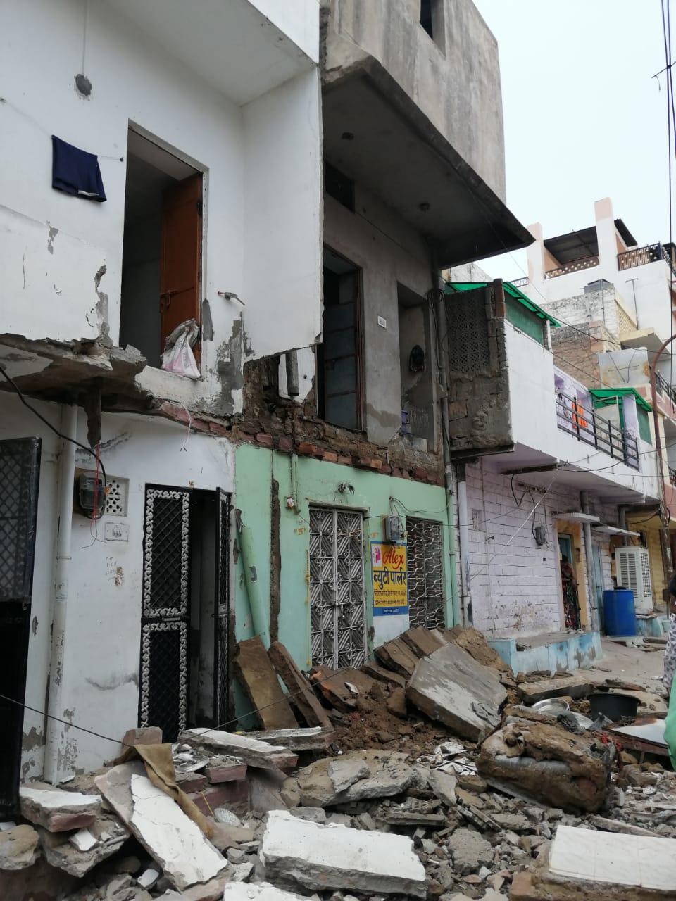मकान जिसकी बालकनी गिरी। - Dainik Bhaskar